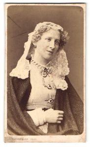 Fotografie C. Kindermann, Lübeck, Portrait Dame mit geklöppeltem Kopftuch