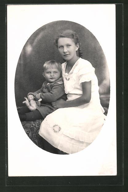 Foto-AK Mädchen mit geflochtenem Haar und Kleinkind mit Puppe
