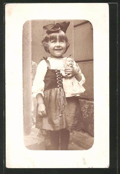 Foto-AK bezauberndes kleines Mädchen mit Haarschleife und Puppe