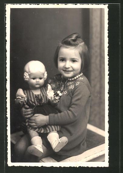 Foto-AK Mädchen mit blonder Puppe