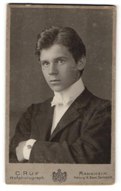 Fotografie C. Ruf, Mannheim, Portrait eleganter bürgerlicher junger Herr
