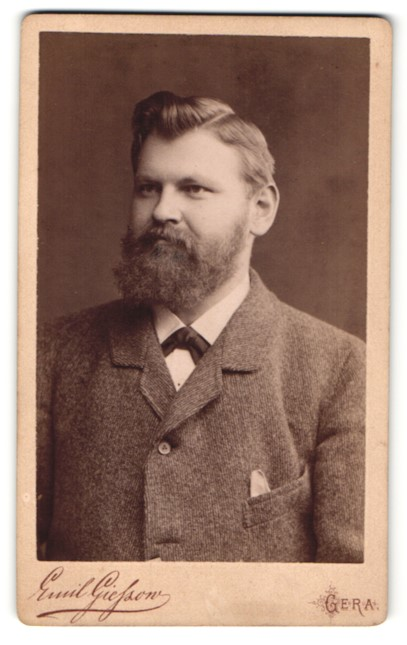Fotografie Emil Giefzon, Gera, junger Herr mit Vollbart im Anzug