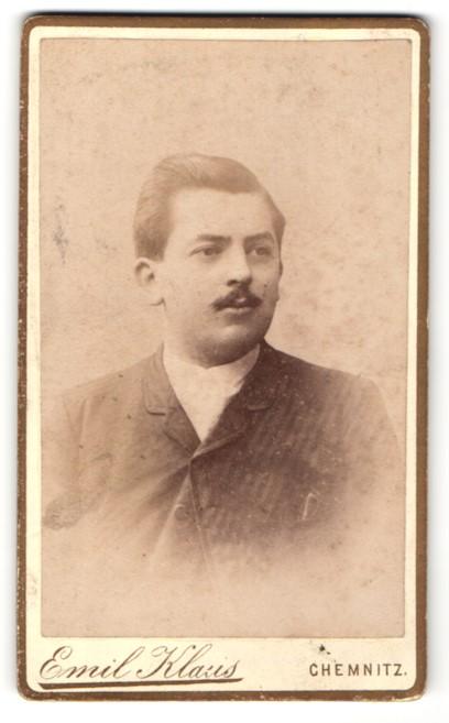 Fotografie Emil Klaus, Chemnitz, Portrait junger Mann mit Schnauzer im Anzug