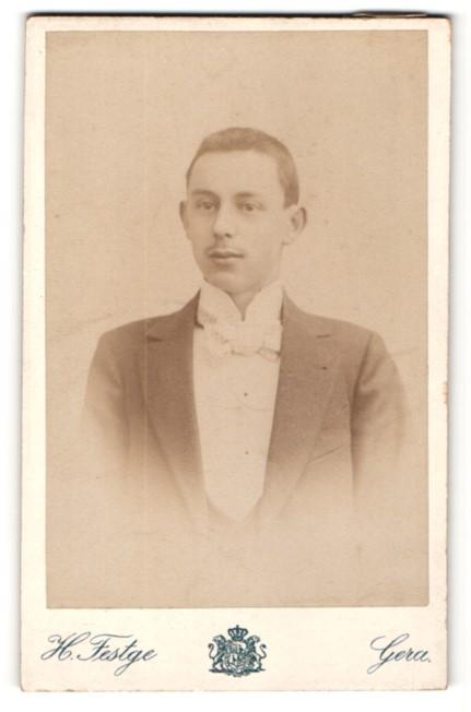 Fotografie H. Festge, Gera, Portrait junger Mann mit Oberlippenbart im Anzug