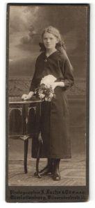 Fotografie J. Fuchs & Co., Berlin, junge Frau mit Blumenstrauss