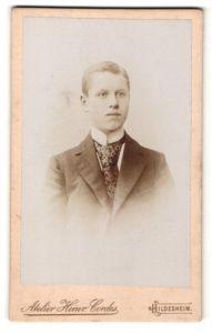 Fotografie Atelier Heinr. Cordes, Hildesheim, Portrait junger Mann im Anzug mit Krawatte