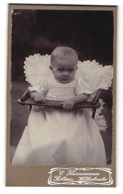 Fotografie E. Hannemann, Soltau, niedliches Baby im Taufkleid