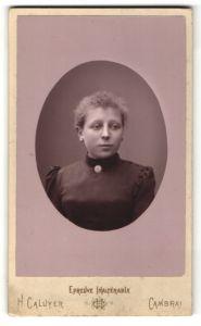 Fotografie H. Caluyer, Cambrai, Portrait junge Dame mit Brosche am Kragen