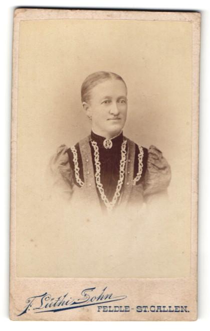 Fotografie F. Lüthi Sohn, Feldle, Portrait edle Dame in hübscher Bluse mit Brosche am Kragen