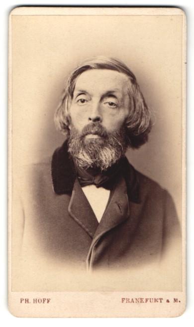 Fotografie Ph. Hoff, Frankfurt / Main, Portrait älterer Herr mit Vollhaar und längerem Haar