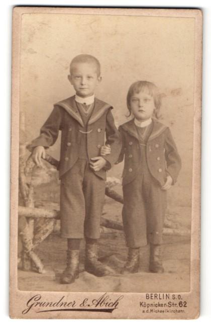 Fotografie Grundner & Abich, Berlin, kleine Kinder in hübschen Anzügen