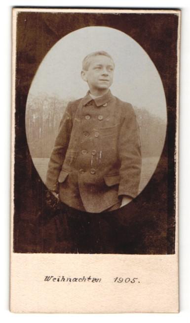 Fotografie Fotograf & Ort unbekannt, Portrait frecher Bube im Anzug, Weihnachten 1905