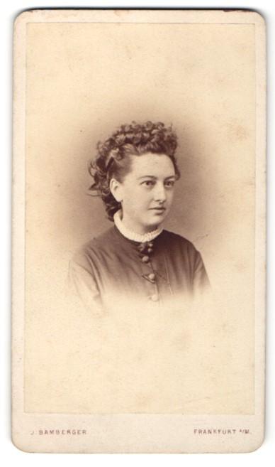 Fotografie J. Bamberger, Frankfurt / Main, Portrait junge hübsche Frau mit lockigem Haar