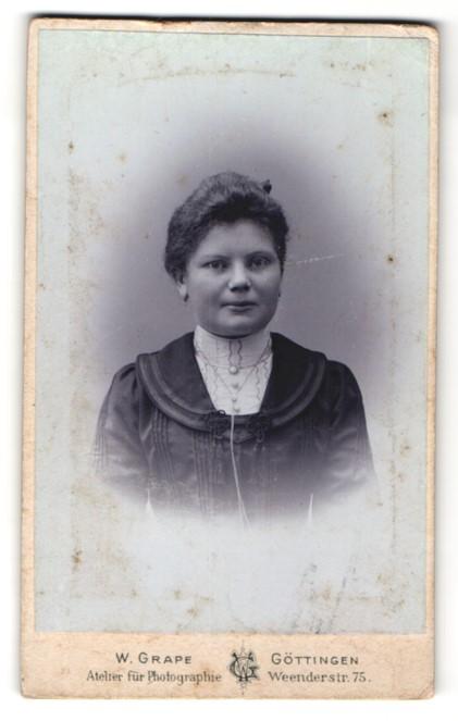 Fotografie W. Grape, Göttingen, Portrait junge Frau in edler Bluse mit Halskette