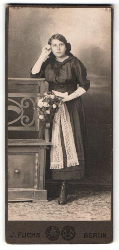 Fotografie J. Fuchs, Berlin, hübsche Frau mit Blumenstrauss und Buch