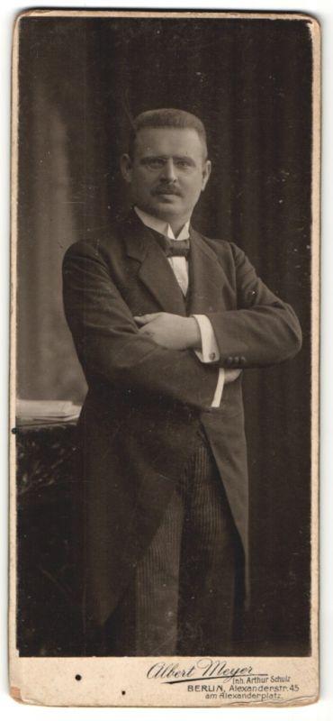 Fotografie Albert Meyer, Berlin, edler Herr mit Zwicker im Anzug