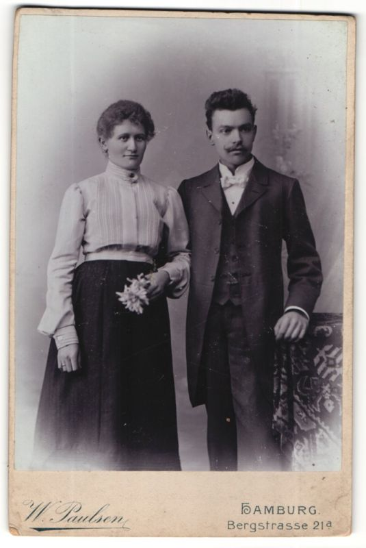 Fotografie W. Paulsen, Hamburg, junges hübsches Paar in Kleid und Anzug