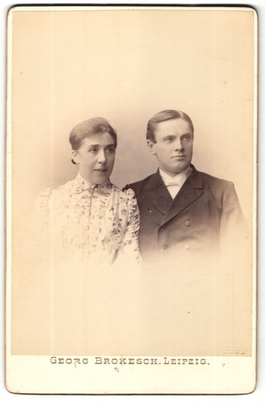 Fotografie Georg Brokesch, Leipzig, Portrait hübsche Dame & junger Mann in Bluse und Anzug