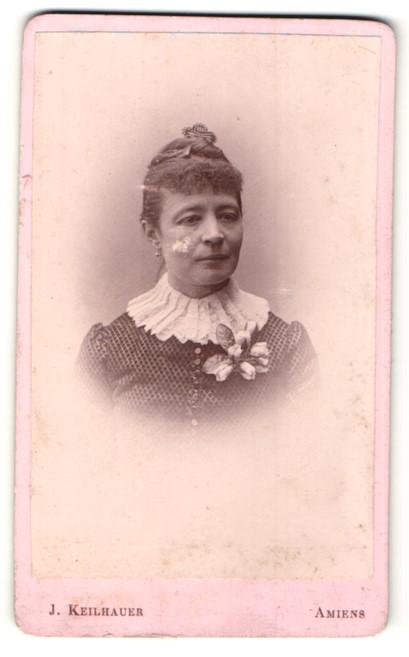 Fotografie J. Keilhauer, Amiens, Portrait hübsche Dame mit Dutt und Ansteckblume