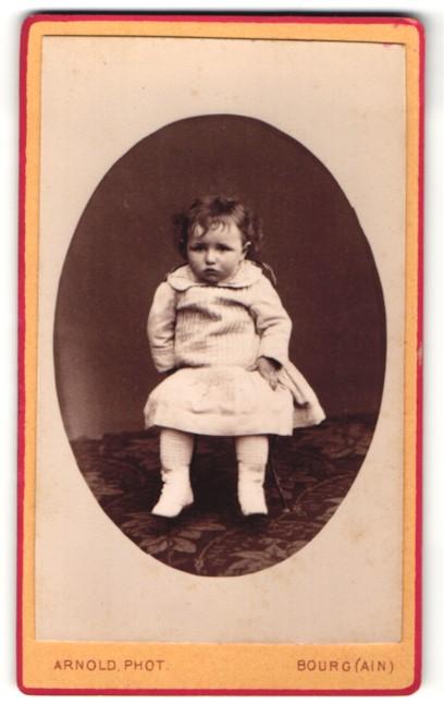 Fotografie Arnold, Bourg, niedliches kleines Mädchen im hübschen Kleid