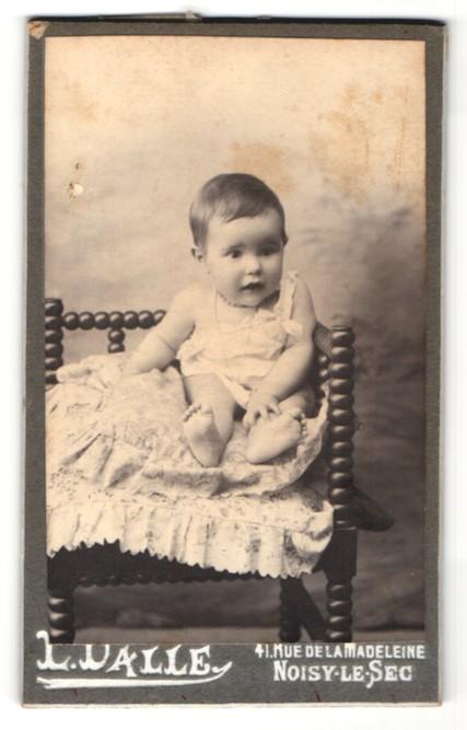 Fotografie L. Dalle, Noisy-le-Sec, niedliches Baby im weissen Kleid