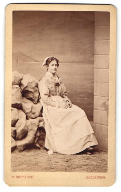 Fotografie M. Rupprecht, Oedenburg, Portrait junge Frau in Tracht