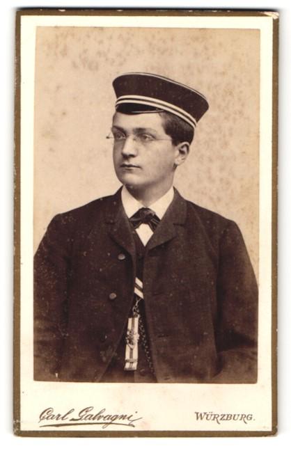 Fotografie Carl Galvagni, Würzburg, Portrait Knabe mit Corpsmütze und Orden