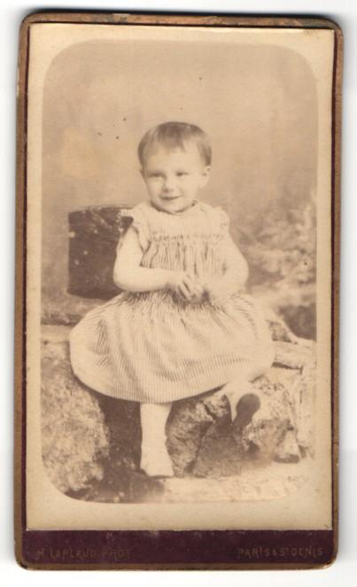 Fotografie H. Laplaud, Paris, St. Denis, Portrait kleines Mädchen in Kleidchen