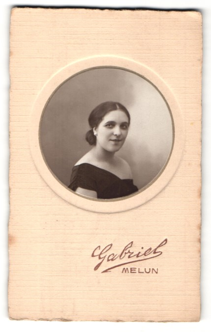 Fotografie Gabriel, Melun, Portrait hübsche dunkelhaarige Dame in edlem Kleid
