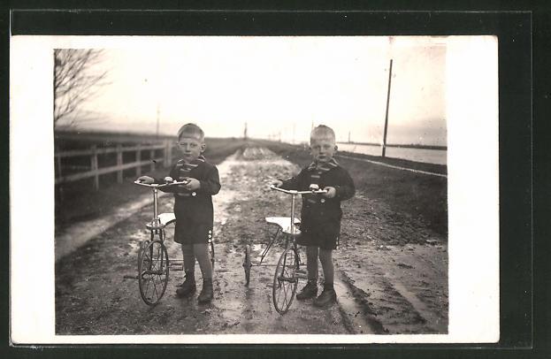 Foto-AK Knaben mit Dreirädern auf verschlammter Strasse