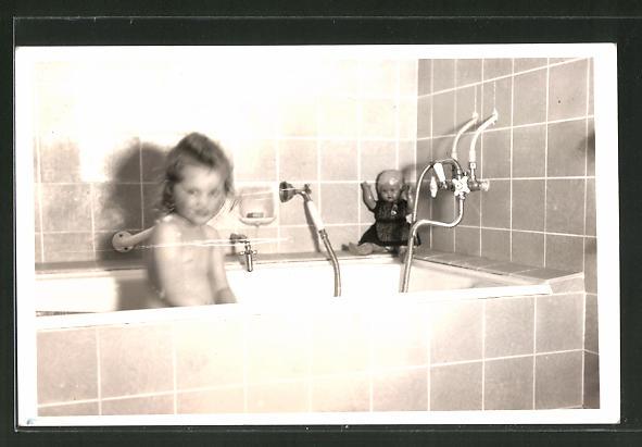 Foto-AK Mädchen in der Badewanne, Puppe schaut zu