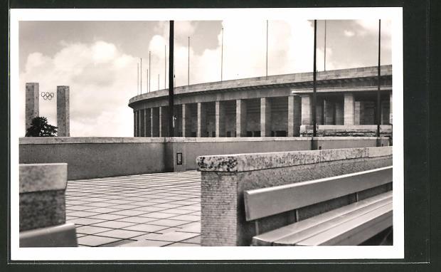AK Berlin, Reichssportfeld, Blick v. Schwimmstadion auf das Osttor u. die Deutsche Kampfbahn