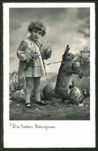 AK Mädchen steht neben einem Osterhasen