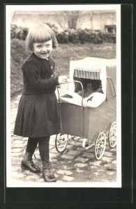 AK Mädchen steht neben ihrem Kinderwagen
