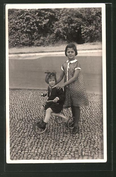 Foto-AK Geschwister mit Dreirad, Spielzeug