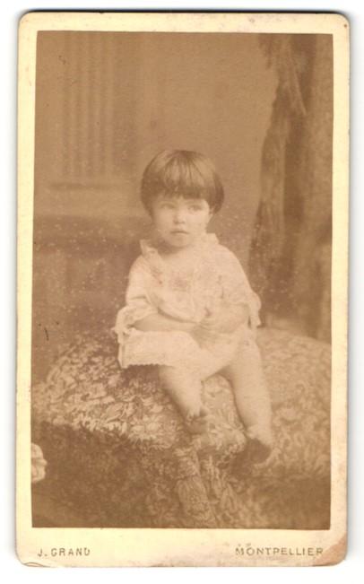 Fotografie J. Grand, Montpellier, Portrait Kleinkind mit nackigen Füssen
