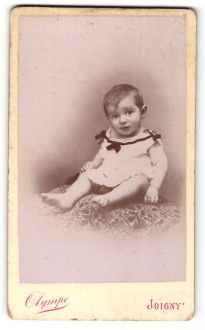 Fotografie Olympe, Joigny, Portrait Kleinkind mit nackigen Füssen