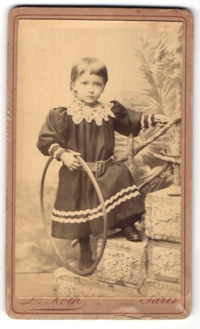 Fotografie L. Roth, Paris, Portrait Kleinkind mit Holzreifen