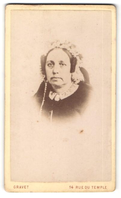 Fotografie Gravet, Paris, Portrait Dame mit zeitgenöss. Kopfbedeckung