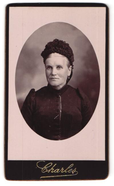 Fotografie Charles, Orléans, Portrait Dame mit zeitgenöss. Kopfbedeckung