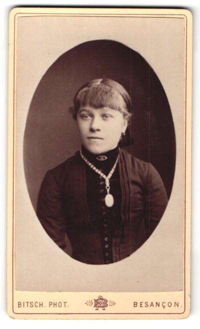 Fotografie Bitsch, Besancon, Portrait junge hübsche Frau mit Halskette