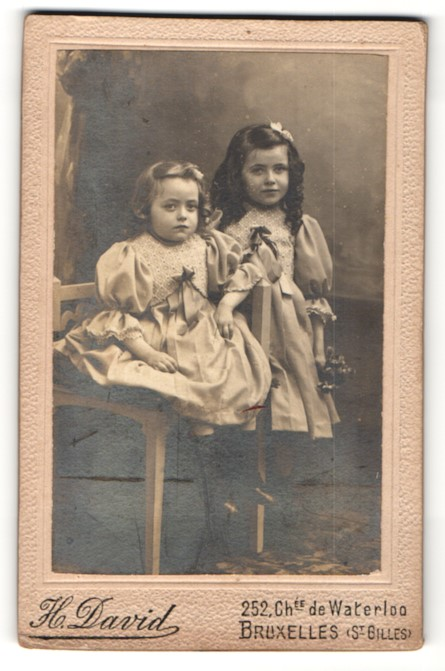 Fotografie H. David, Bruxelles, niedliche Mädchen mit Haarschleifen in hübschen Kleidern