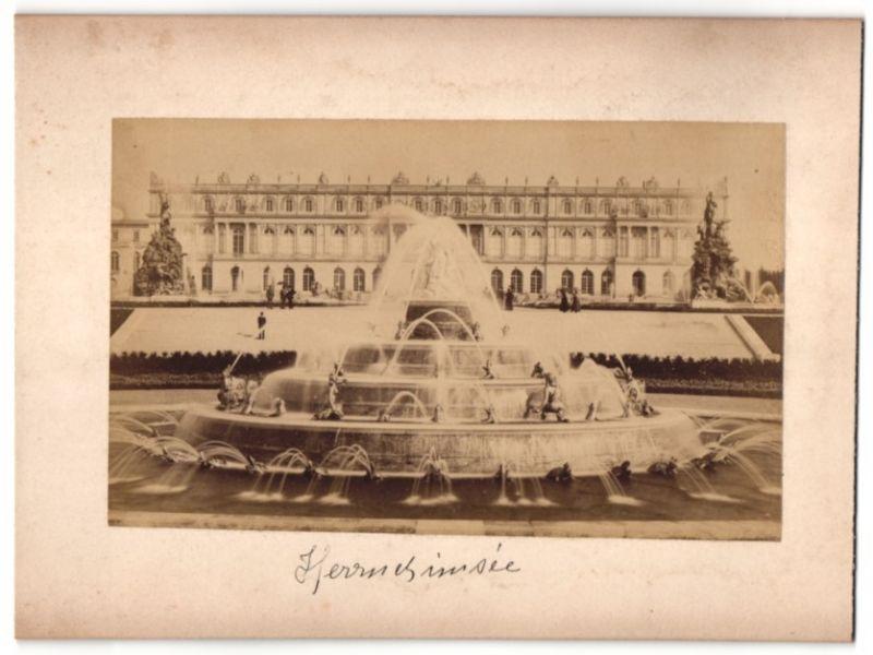 Fotografie Fotograf unbekannt, Ansicht Chiemsee, Schloss Herrenchiemsee & Brunnen mit Wasserspiel