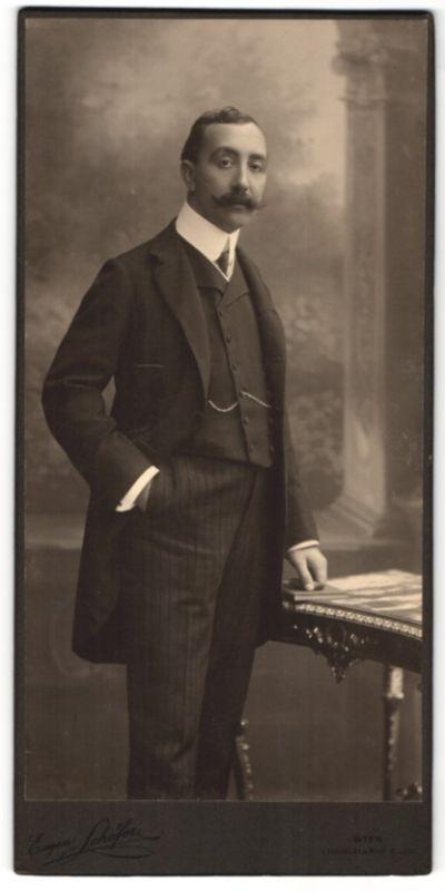 Fotografie Eugen Schöfer, Wien, Edelmann mit Schnauzbart trägt modischen Anzug