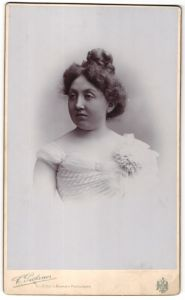 Fotografie C. Pietzner, Wien, Portrait elegante Dame im weissen Kleid mit Ansteckblume