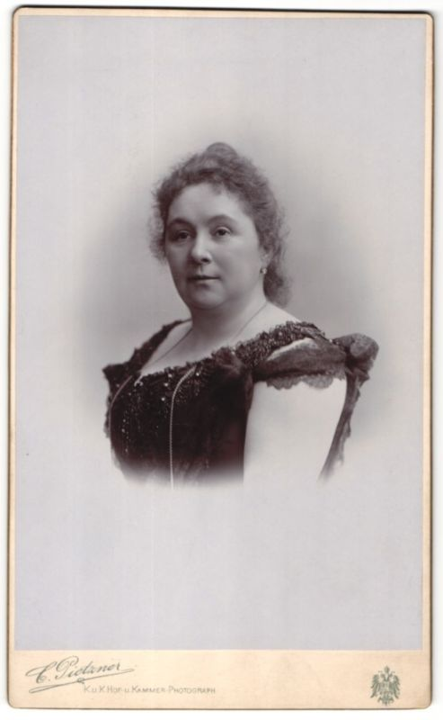 Fotografie C. Pietzner, Wien, Portrait Edeldame im schwarzen Kleid mit Halskette