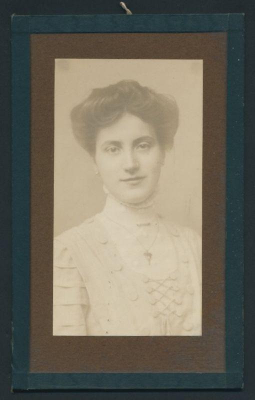 Fotografie Wilhelm Helfer, Graz, Portrait junge hübsche Dame im eleganten Kleid