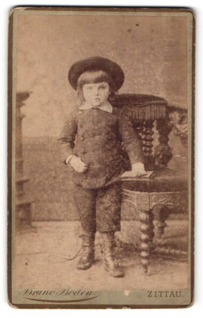Fotografie Bruno Boden, Zittau, Portrait kleiner Knabe mit Hut