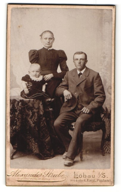 Fotografie Alexander Strube, Löbau i/S, Portrait bürgerliches Paar mit Kleinkind