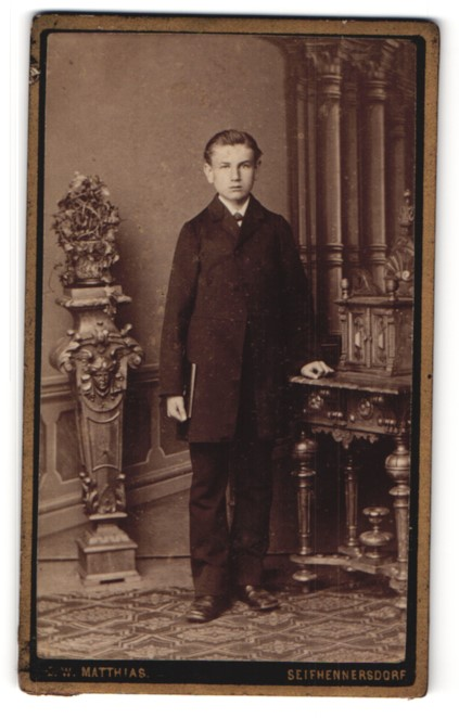 Fotografie E. W. Matthias, Seifhennersdorf, Portrait Knabe in festlichem Anzug